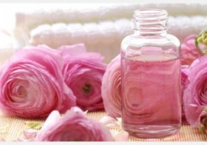 masque à l'eau de rose pour les yeux